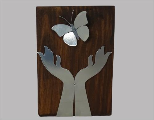 urn hout met handen vlinder